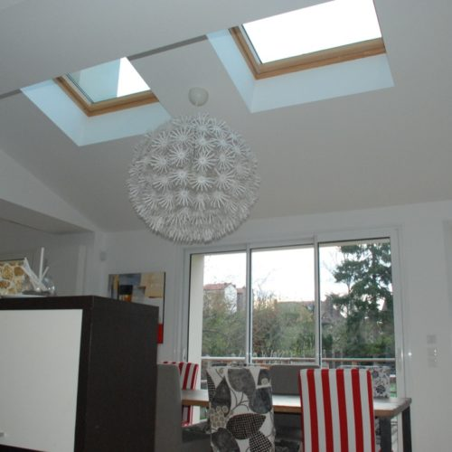 Photo couleur de deux fenêtres de toit dans un salon moderne