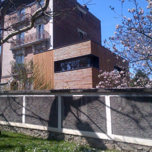 Photo couleur côté rue d'une maison en bois réalisée par TB'Home Architecteurs