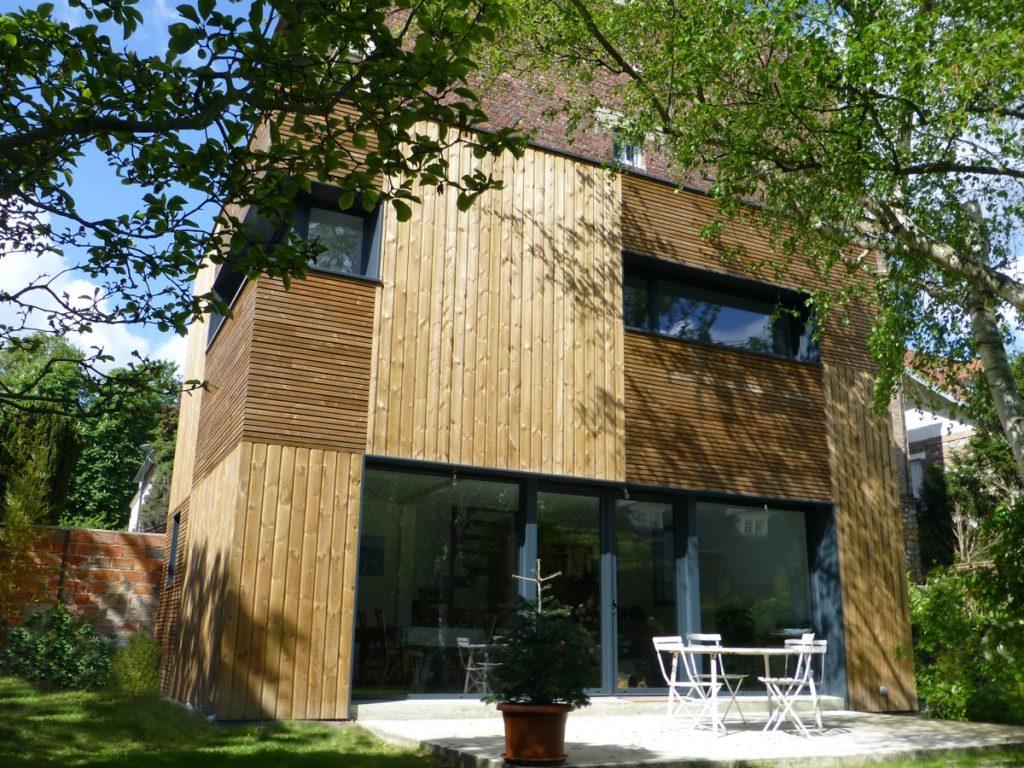 Photo couleur d'une maison en bois avec vue depuis le jardin aménagé par TB'Home Architecteurs
