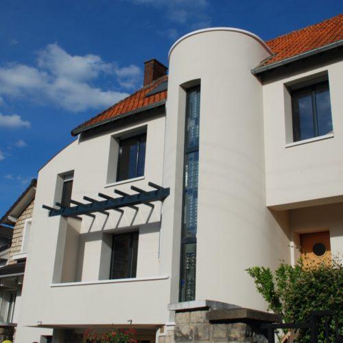 Photo d'une maison contemporaine rénovée avec des ouverture pour apporter de la lumière