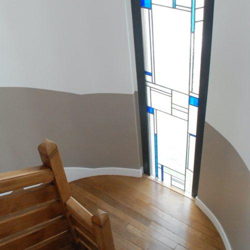 Photo des vitraux vue de l'intérieur de la maison au niveau des escaliers