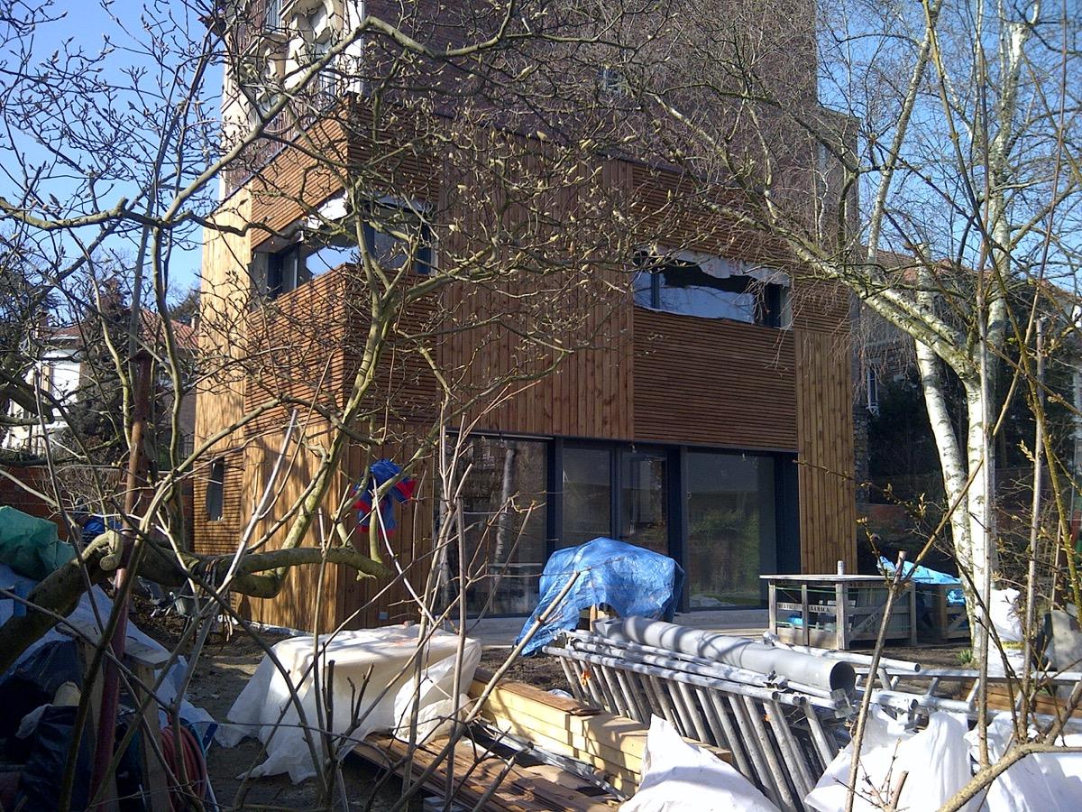 Photo couleur du chantier lors de la construction de la maison en bois en banlieue parisienne