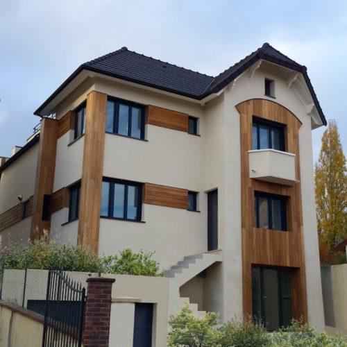 Photo APRÈS côté rue d'une maison moderne en bois et béton