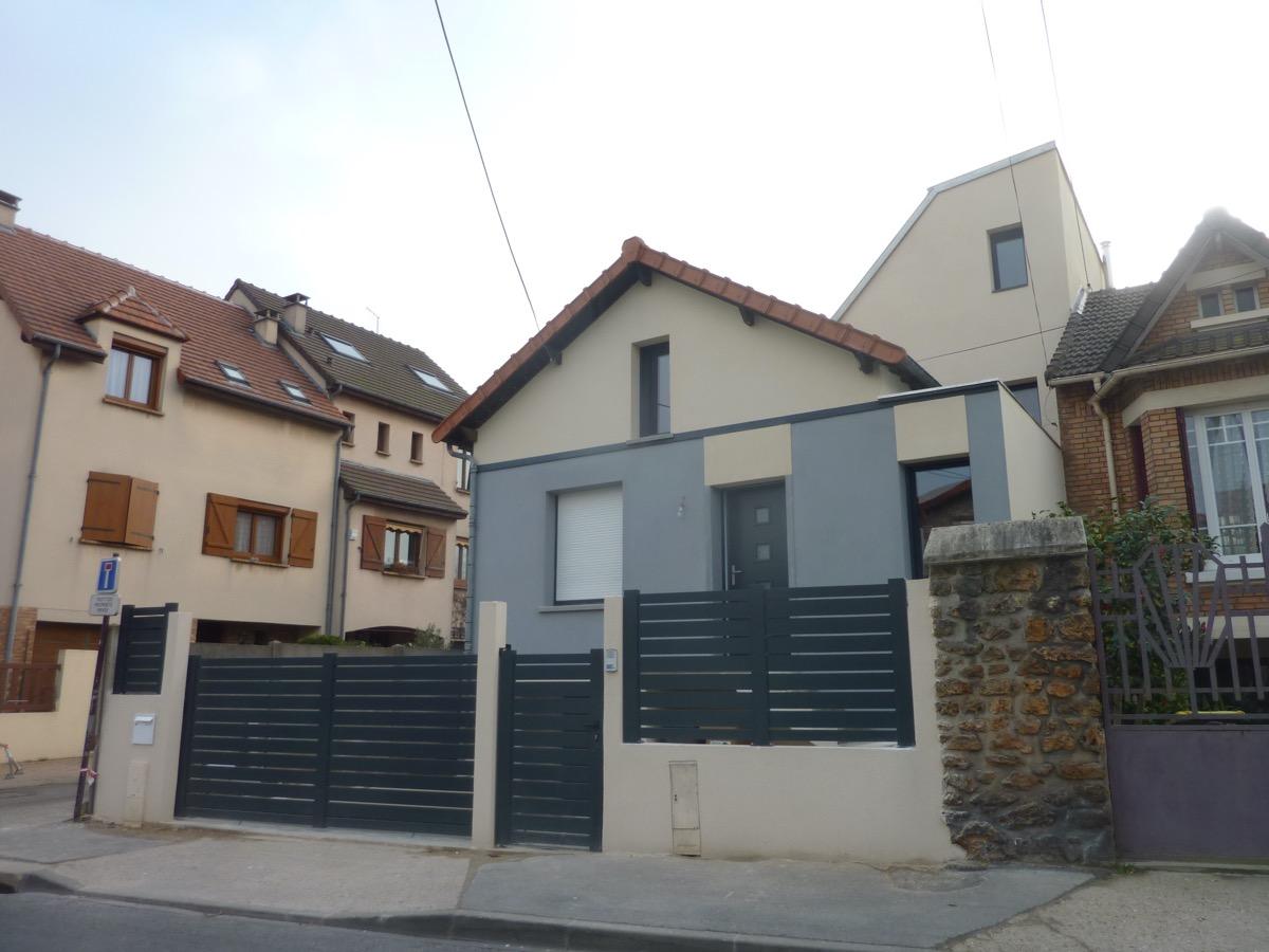 Photo après d'une maison rénovée et agrandit prise de l'extérieur côté rue