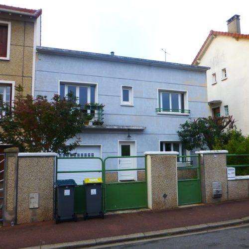Photo avant vue côté rue d'une maison à réhabiliter et rénover