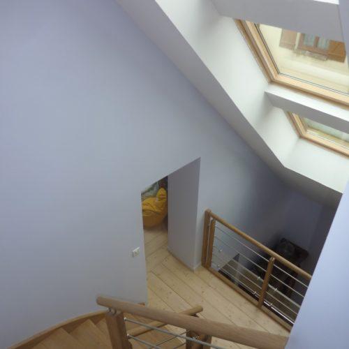 Photo couleure de la lumière obtenue dans l'escalier intérieur de la maison