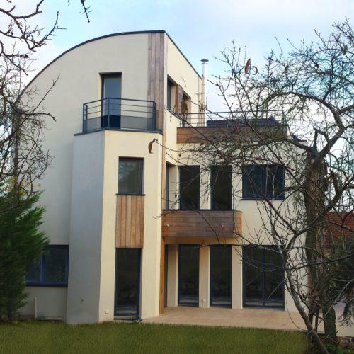 Photo de la construction d'une maison contemporaine vue du jardin