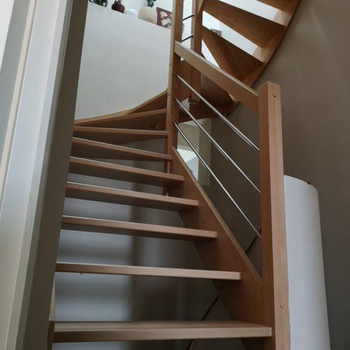 Photo d'un escalier en bois dans une maison contemporaine en île de France