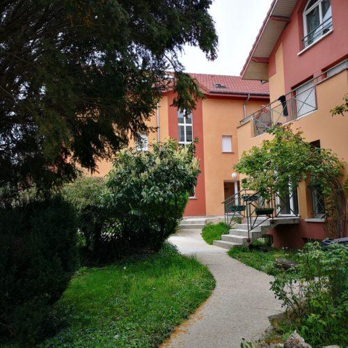 Photo côté jardin d'un bâtiment de logement associatif agrandit