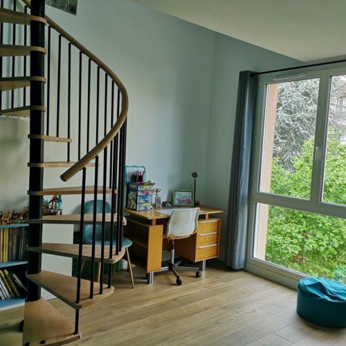Photo d'un escalier en colimaçon dans une maison moderne