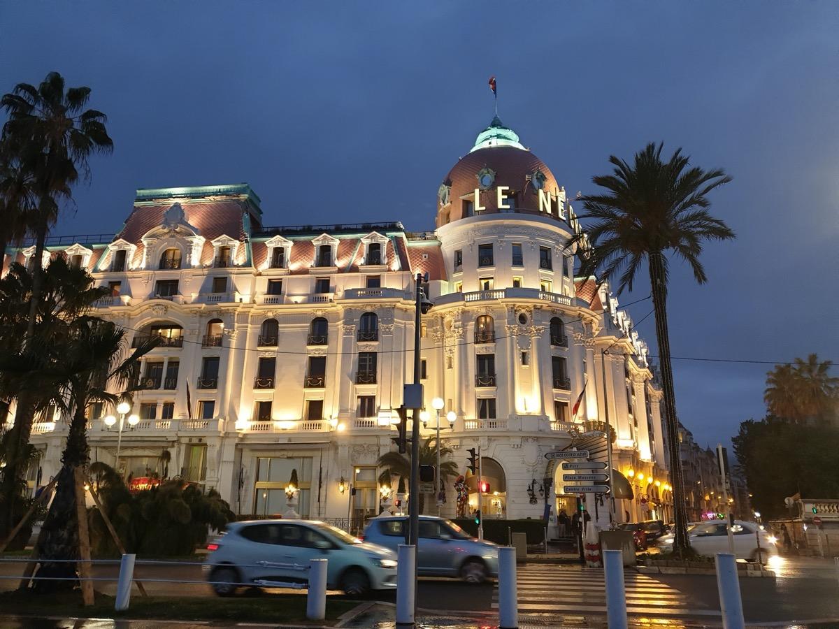 Photo couleurs du trottoir d'en face de l'hôtel Le Negresco à Nice
