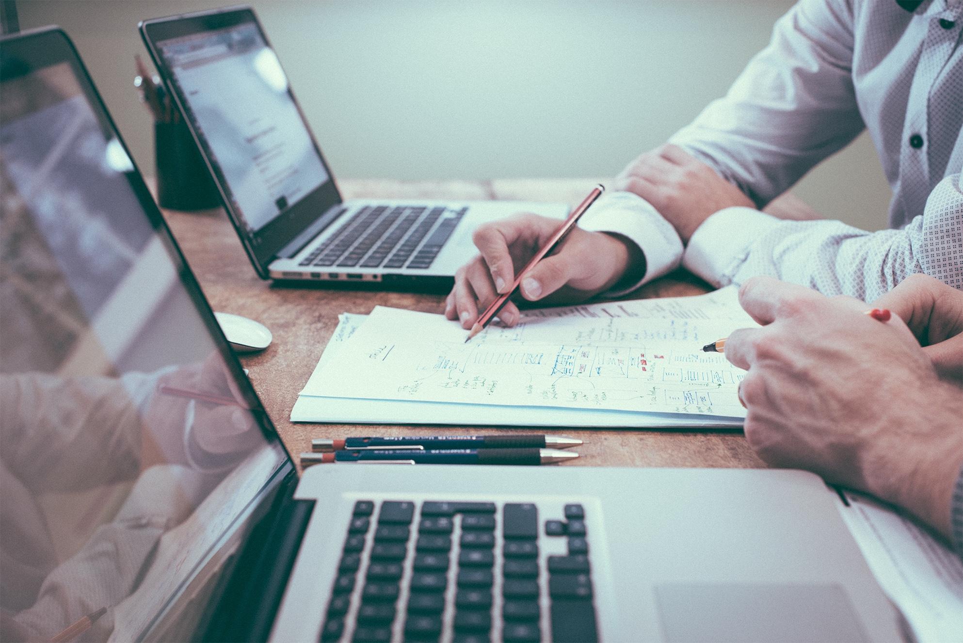 Photo couleur d'une réunion de travail avec calcul du budget pour illustrer les compétences et les services de TB'Home Architecteurs