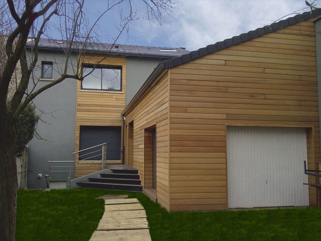 Photo couleur après de l'extension d'une maison en bois et béton