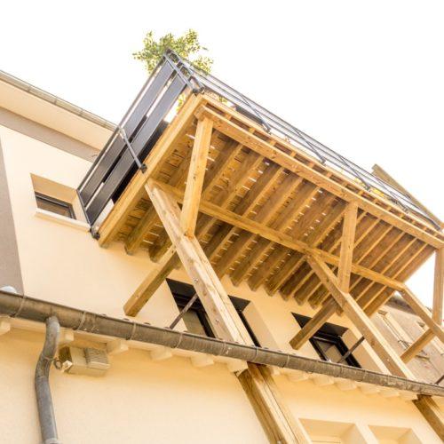 Photo vue du dessous de la terrasse en bois extérieur d'une maison rénovée