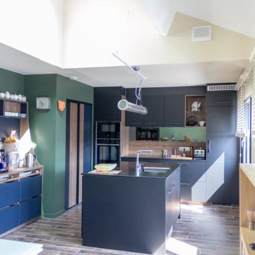 Photo de la cuisine aménagée avec goût après la rénovation